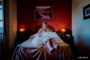Fotos de boda divertidas en Gijón. Novia en la cama
