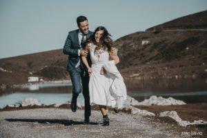 Fotos de boda en Gijón. Novios corriendo